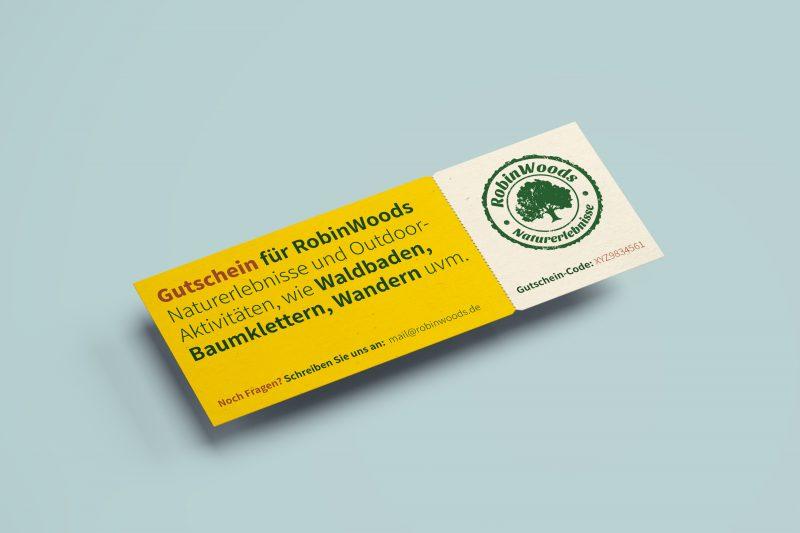 Ein Robinwoods Online-Gutschein. Geld mit Informations-Text und rechts das Logo mit dem grünen Baum.