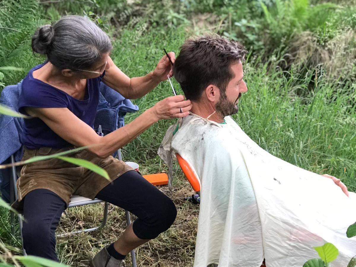 Fritz Herkenrath bekommt im Wald die Haare geschnitten. Der Open Hair Cut mit Marion Alemeier. Events von RobinWoods Naturerlebnisse.