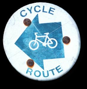 Blaues Schild als Wegweiser nach links für eine Fahrradtour.