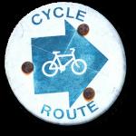 Blaues Schild als Wegweiser nach rechts für eine Fahrradtour.