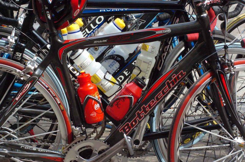 Nahaufnahme von Rennrädern mit Trinkflaschen.