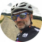 Portrait des Fahrradtour Tourguides Klaus Leven mit Fahrradhelm und Sonnenbrille von RobinsWoods.